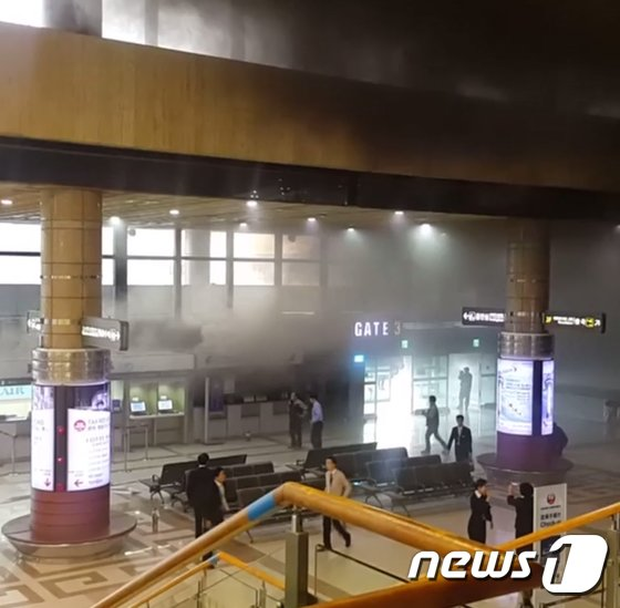 [사진]검은 연기로 가득찬 김포공항