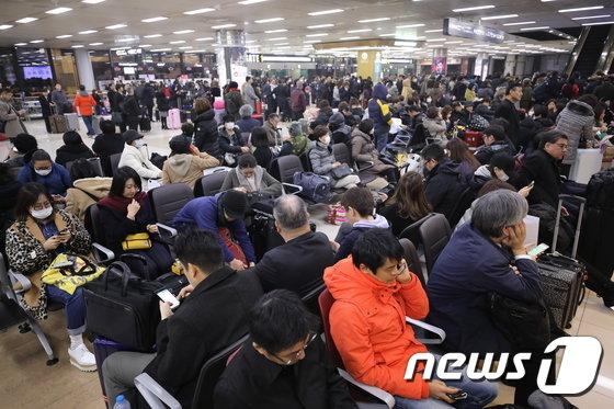 [사진] 김포공항 화재로 결항...대피한 승객들