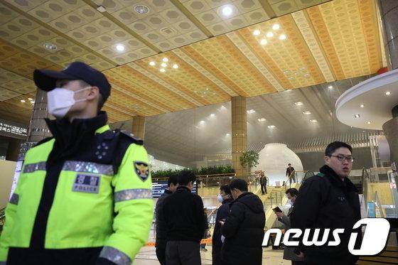 [사진]'화재로 이용 통제된 김포공항 출국장'