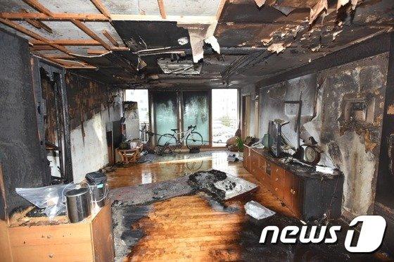 서울 금천구 시흥동 아파트 화재현장 모습. (구로소방서 제공) © News1