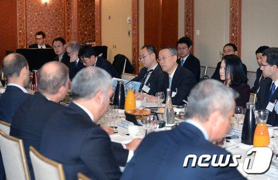 [사진]EU 주요투자가 초청 라운드 테이블 주재하는 백운규 장관