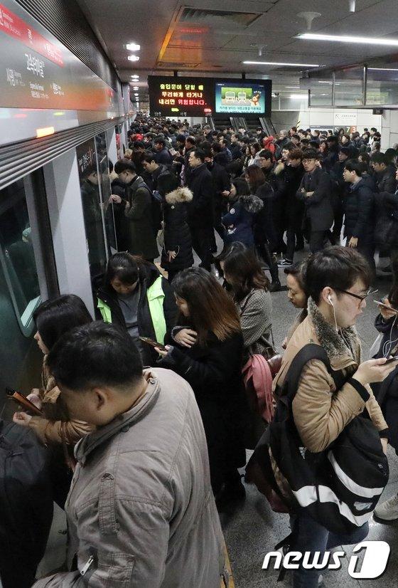 [사진]출근시간 붐비는 지하철 9호선