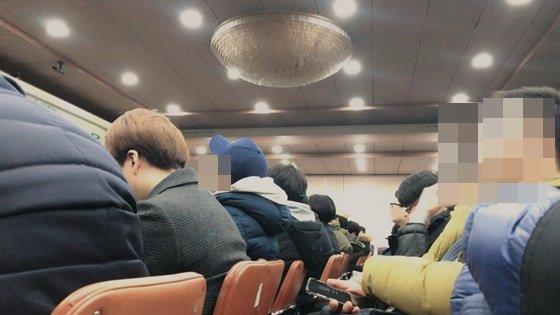 서울 소재 한 민방위 교육장에서 대원들이 스마트폰을 하거나 졸고 있다. /사진=신현우 기자