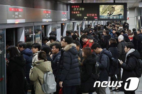 [사진]출근시간 북새통 이룬 지하철 9호선