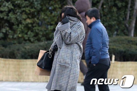 한파특보가 내려진 30일 오후 서울 광화문 네거리에서 두터운 차림을 한 시민이 추위에 코트로 얼굴을 가리고 있다. 기상청에 따르면 서울 낮 기온이 영하 5도까지 떨어지고 바람도 강하게 불어 건강관리에 유의해야 한다고 밝혔다. 2017.11.30/뉴스1 © News1 임세영 기자