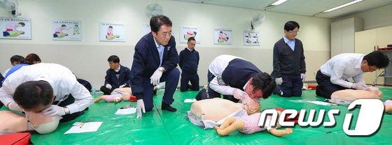 [사진]대한항공 '심폐소생술, 4분의 기적!'