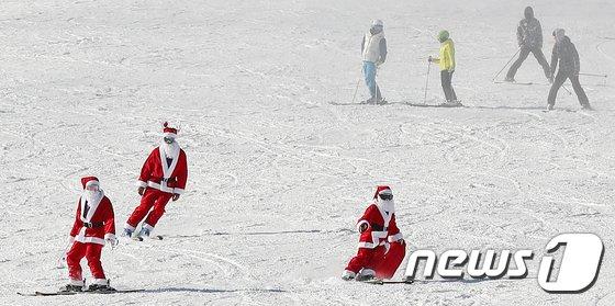 [사진]'스키장 찾은 산타들'