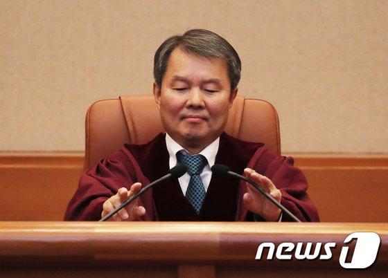 [사진]이진성 헌법재판소장, 취임 후 첫 헌법소원 선고