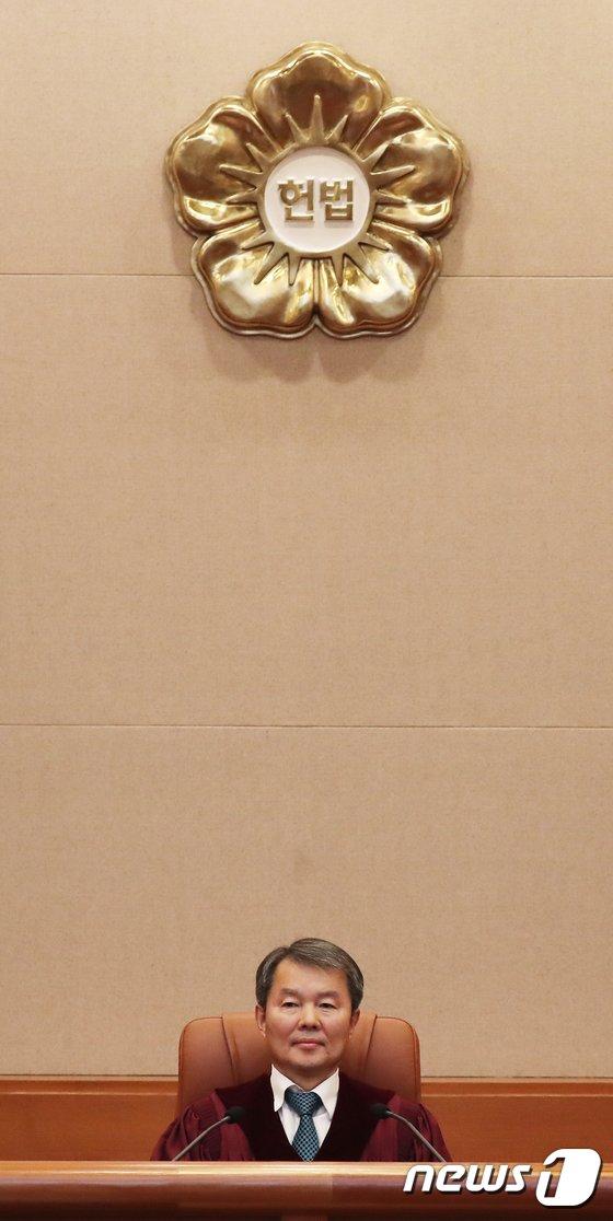 [사진]이진성 헌재소장, 취임 후 첫 헌법소원 선고 참석