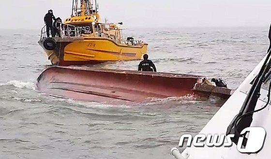 [사진]영흥도 해상에서 22명 탄 낚싯배 전복