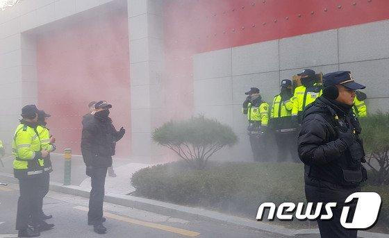 지난달 29일 중국 국적의 손모씨(54)가 주한 중국대사관에 화염병을 투척했을 당시 모습. 2017.11.29/뉴스1 © News1 김다혜 기자