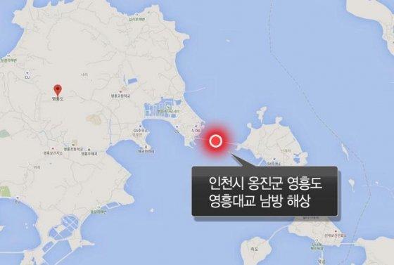 3일 오전 6시12분께 인천 옹진군 영흥도 영흥대교 인근 남방 5마일 해상에서 낚싯배가 급유선과 충돌해 전복되는 사고가 발생, 신고를 받고 출동한 해경이 구조 중이다./사진=뉴시스<br>