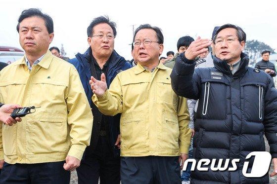 [사진]영흥도 낚싯배 사고 해역 찾아간 김부겸 장관과 유정복 인천시장