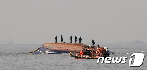 [사진]인천 영흥도 낚시배 전복.. 사망 13명 실종 2명