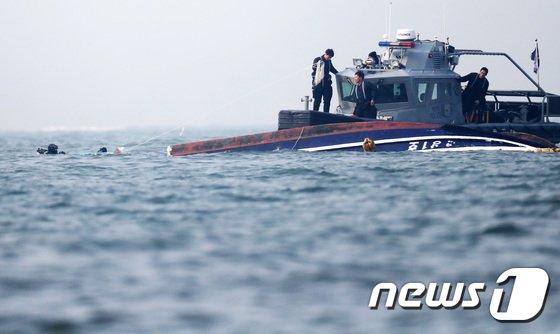 [사진]수중 수색하는 잠수사들