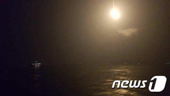 [사진]조명탄 동원해 실종자 수색 나선 인천해경
