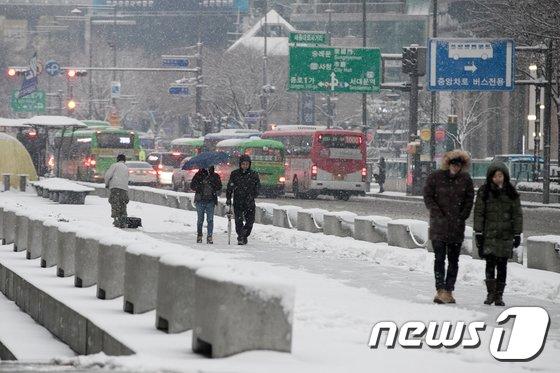 [사진]눈 오는 날...'빙판길 조심'
