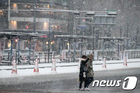 [사진]눈 내리는 서울 '빙판길 조심'