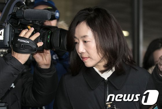 [사진]화이트 리스트 지원 의혹, 검찰 출석하는 조윤선