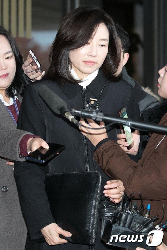 [사진]검찰 출석하는 조윤선 전 수석