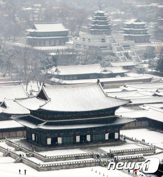 [사진]흰 눈이 펑펑 내리는 경복궁