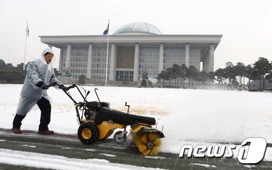 [사진]국회의사당 제설작업 한창