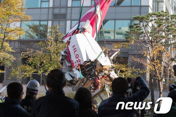 2013년 11월 서울 삼성동 아이파크 아파트에 민간 헬리콥터가 충돌해 추락하는 사고가 발생한 이후 인부들이 헬기 잔해를 인양하고 있다.  2013.11.16/뉴스1
