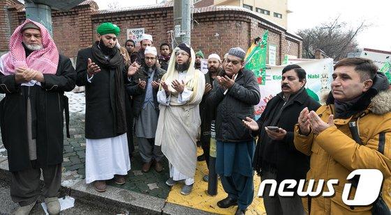 [사진]무함마드 탄신일, 기도하는 이슬람교 신도들