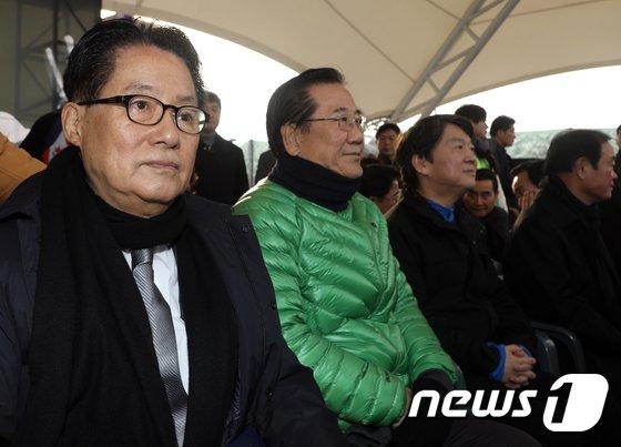 [사진]다른 곳 응시하는 안철수 대표와 박지원 전 대표