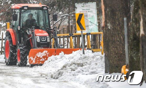 [사진]도로 얼기 전 분주한 제설차