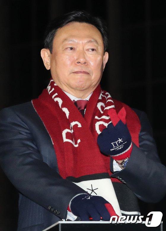[사진]신동빈 회장  '손가락 하트'