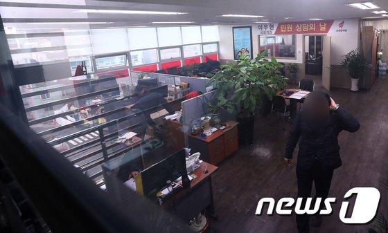 7일 오전 경기도 용인시 이우현 자유한국당 의원 지역 사무실에서 검찰 수사관들이 압수수색을 하고 있다. 2017.12.7/뉴스1 © News1 오장환 기자