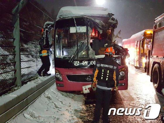 [사진]영동고속도로서 시외버스·제설차 충돌…1명 사망·22명 부상