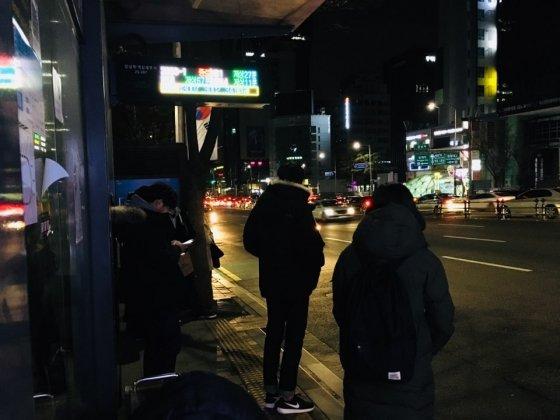 9일 자정 무렵 강남역 인근 버스정류장 모습. 대부분 버스 운행이 끝나 한산했다. /사진=남궁민 기자