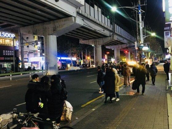 9일 오전 1시 무렵 건대입구역에서 많은 시민들이 택시를 타기 위해 기다리고 있다. 가까운 거리에 올빼미버스를 탈 수 있는 정류장이 있었지만 타려는 시민은 찾아보기 힘들었다. /사진=남궁민 기자