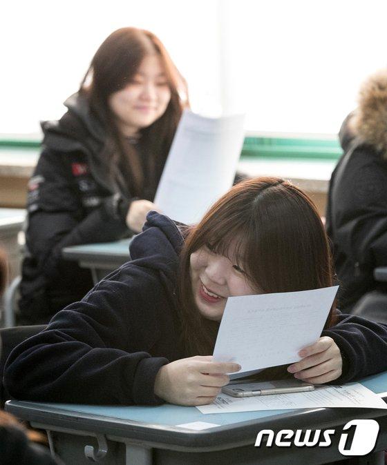 [사진]'수능 성적 떨림이 미소로'