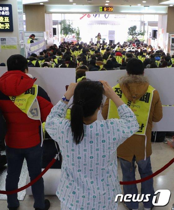 [사진]파업하는 서울대병원 노조, 걱정스런 환자