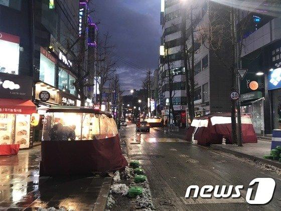 10일 오후 서울 종로구 관수동 '빛의거리'에 노점들이 늘어서 있다. 2017.12.10/뉴스1 © News1