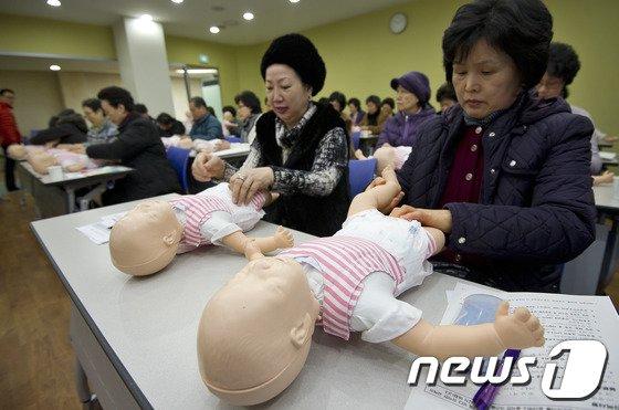 맞벌이 부부가 증가함에 따라 할머니 육아부담이 증가하는 가운데 서울시 한 보건소에서 할머니들이 기저귀 가는 법을 배우고 있다.