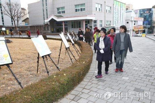전남 화순군은 지난 11일부터 15일까지 군청 현관과 행복민원실 로비에서 '문해 학습자의 작은 시화전'을 개최한다