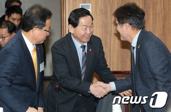 [사진]참석자들과 인사하는 김상곤 부총리