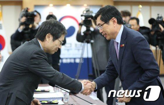 [사진]김갑배 위원장과 악수하는 박상기 법무부 장관
