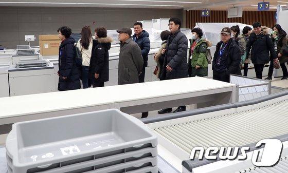 [사진]개항앞둔 인천공항 제2터미널 찾은 시민참여단