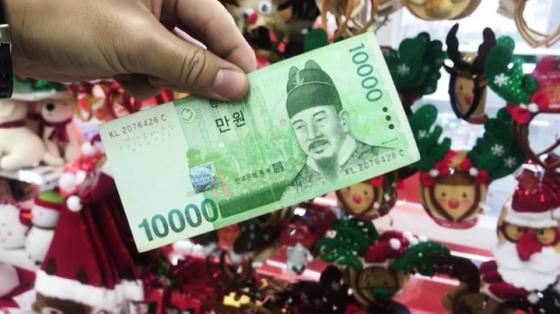 다이소에서 '1만원으로 크리스마스 트리 만들기' 재료 구입./사진=이상봉 기자