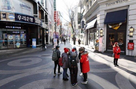 지난 4일 한산한 서울 명동 거리에서 외국인 관광객들이 관광 안내를 받고 있다. /사진=뉴시스