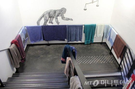 계단 손잡이에 널려있는 수건들. 밤새 공부를 하다 출근하는 학생들이 씻고 나서 말리기 위해 널어놓은 것들이다./ 사진=이해인 기자