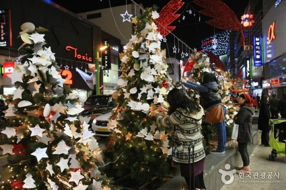 부산 광복로 1.2km 일대에서 지난 2일부터<br />  다음달 7일까지 진행되는 '부산 크리스마스 트리 문화축제'에는 새해소망을 카드에 적어다는 소망트리 행사가 진행된다. /사진제공=한국관광공사