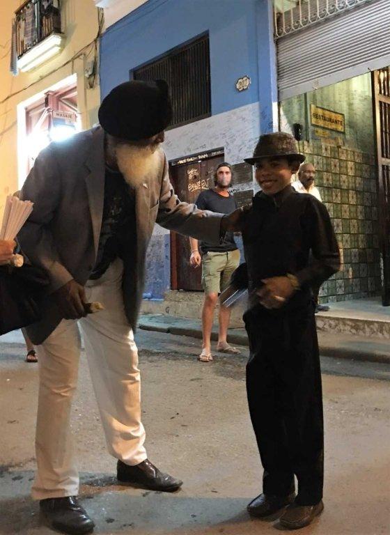 라 보데기타 앞에서 춤을 추던 노인과 손자/사진=이호준 여행작가