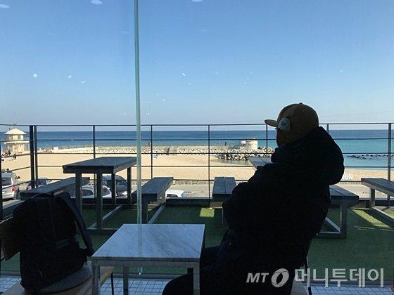 한 남성이 강릉 안목해변에 위치한 한 카페에서 바다를 바라보고 있다. /사진=머니투데이