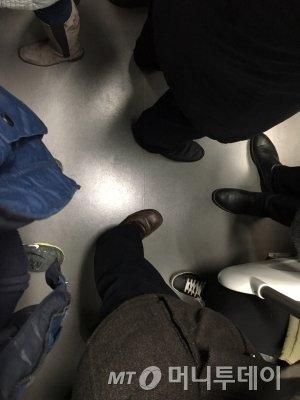 2일 오전 당산역에 도착할 당시 6량 열차 혼잡도를 파악하기 위해 찍은 승객들의 발 모습. /사진=남형도 기자